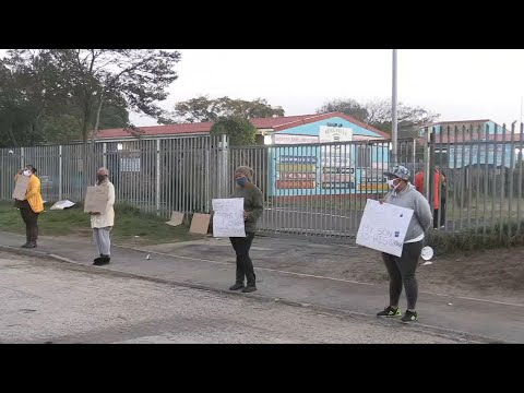 Coronavirus: South African parents protest outside school | AFP
