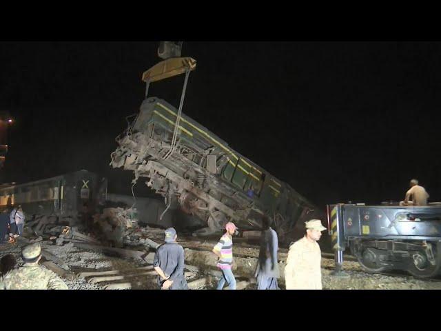 巴基斯坦火車相撞至少51死 車廂嚴重變形仍在搶救