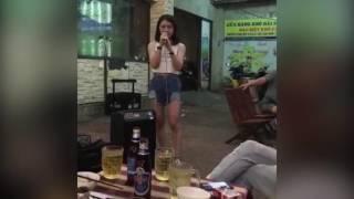 Hot girl 'hát dạo' gây sốt cộng đồng mạng