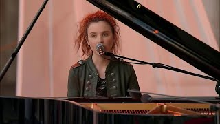 2 giugno, l'omaggio di Frida Bollani a Battiato: suona e canta 'La cura' al piano