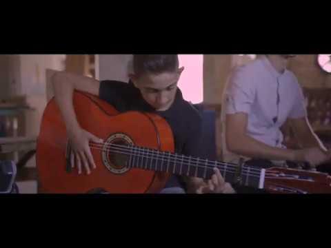 Con solo 9 años, así toca Juan Emilio Garrido su guitarra Bros.