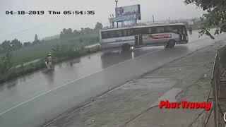 Suýt tông trúng CSGT, tài xế xe khách đánh lái xoay nửa vòng trên đường