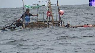 Ghe biển đua nhau chạy vào bờ tránh bão gặp sóng dữ/sea boat vietnam
