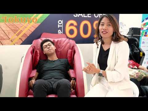 MC Vĩnh Phú thích thú khi được trải nghiệm ghế massage Tokuyo