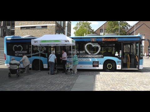 Mit dem Rollator sicher in den Bus einsteigen.