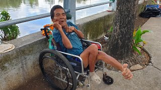 Đau lòng hình ảnh người đàn ông tật nguyền ăn ngủ vệ sinh đều trên chiếc xe lăn