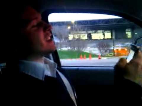 Gringo cantando los mandados de Vicente Fernandez