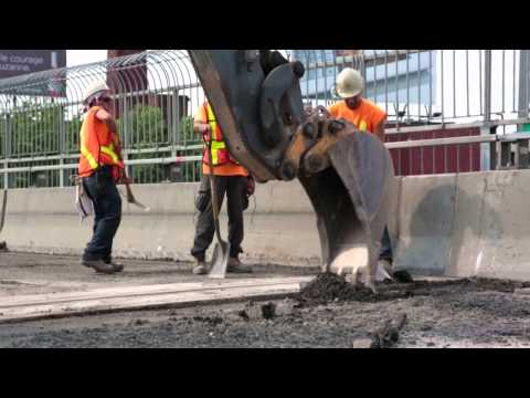 Video: In 2012, the entire length of Montreal's Jacques Cartier Bridge (2.5 km) was repaved in less than 6 days. It was a challenge for both engineers and construction workers, who together managed to minimize traffic hindrances.