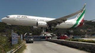 Đứng ngay cạnh máy bay đang hạ cánh