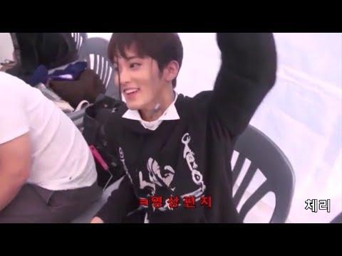 [NCT] 엑소 시우민 선배님한테 이어폰 선물 받고 영상편지 쓰는 마크ㅋㅋㅋ