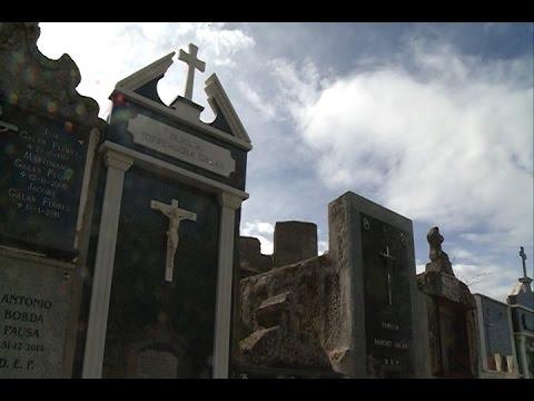 El Vaticano prefiere la sepultura a la cremación y prohíbe conservar cenizas en casa o lanzarlas al mar