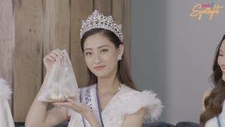 """Hoa Hậu Lương Thùy Linh quảng cáo """"bánh tráng trộn"""" bằng tiếng Anh cực duyên dáng"""