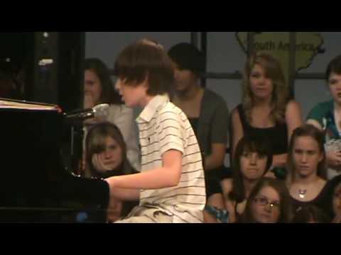 Garoto cantando e tocando piano - Lady Gaga - Paparazi