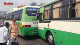 Tai nạn giao thông liên hoàn gây ùn tắc xa lộ Hà Nội