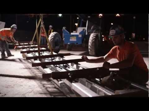 Vidéo: Aux mois de mai et juin 2012, des efforts considérables ont été entrepris pour réduire le nombre de fermetures de week-end nécessaires pour réaliser le programme d'entretien majeur du pont Champlain, soit de dix à trois week-ends, alors que plus d'une centaine d'ouvriers ont été en action 24 heures sur 24.