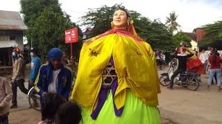 Ting Mong ដង្ហែលព្រះវស្សាវត្តពោធិ៍អណ្តែត ទីងម៉ូង giant scarecrow cambodia dance