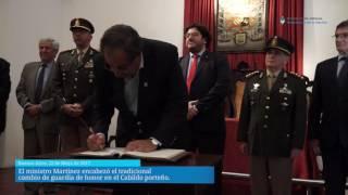 El ministro Martínez encabezó el tradicional cambio de guardia de honor en el Cabildo porteño