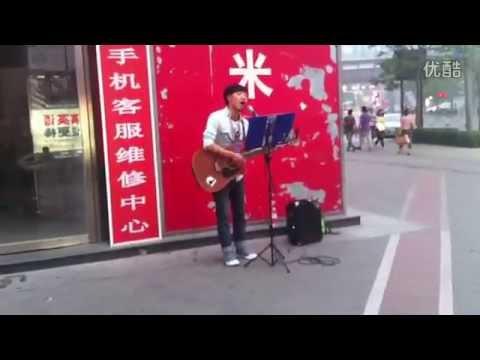 北京街頭歌手吉他伴唱《你的樣子》好聽到爆,忍不住單曲循環