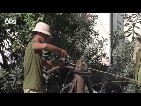 متحديًا الحصار.. موسى يصمم آلة تُعيد تعديل حديد المباني المدمرة