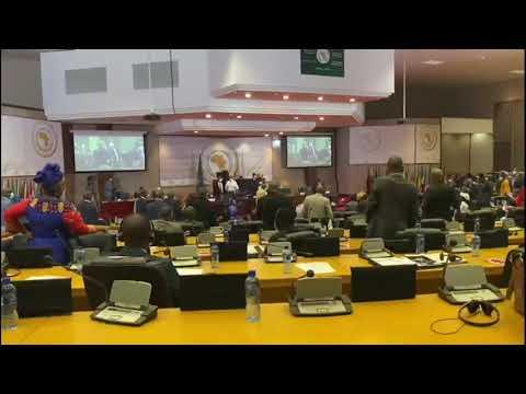 """لحظة استرجاع البرلمانية المغربية """"مريم حساة"""" للصندوق المسروق خلال انتخابات البرلمان الإفريقي"""