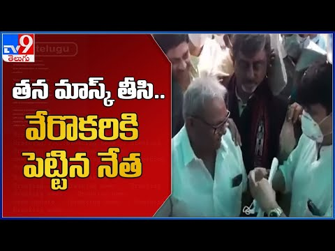 Union Minister gives his used mask to former MP, video goes viral