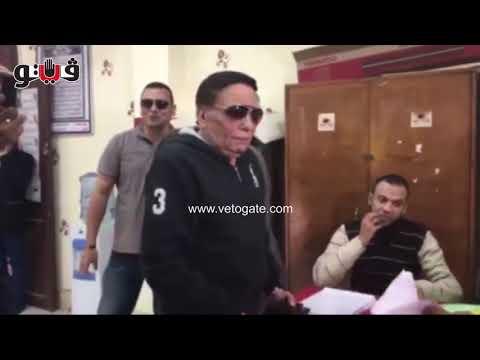 عادل امام يسخر من انتخابات السيسي في مكتب التصويت: هو مفيش حد غيري