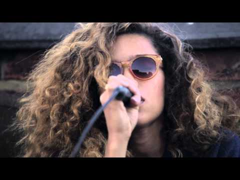 Izzy Bizu - Floating Lamps (Rooftop Sessions)