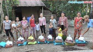 Cô Nguyễn Thị Nhung ở quận 7 - TP HCM tặng bà con nghèo 48 phần quà  27/9/2018
