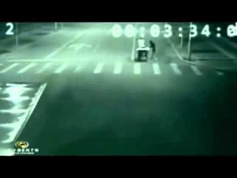 Ангел спасява велосипедист от прегазване - заснето от пътна камера
