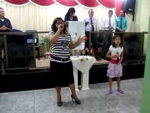 Baixar Maria Clara cantora de Deus louvando ao Senhor com a tia Vanderléia Deus tem promessas .
