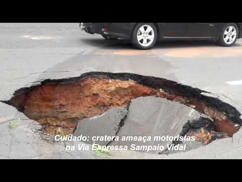 Chuva provoca cratera na via expressa Sampaio Vidal em Marília