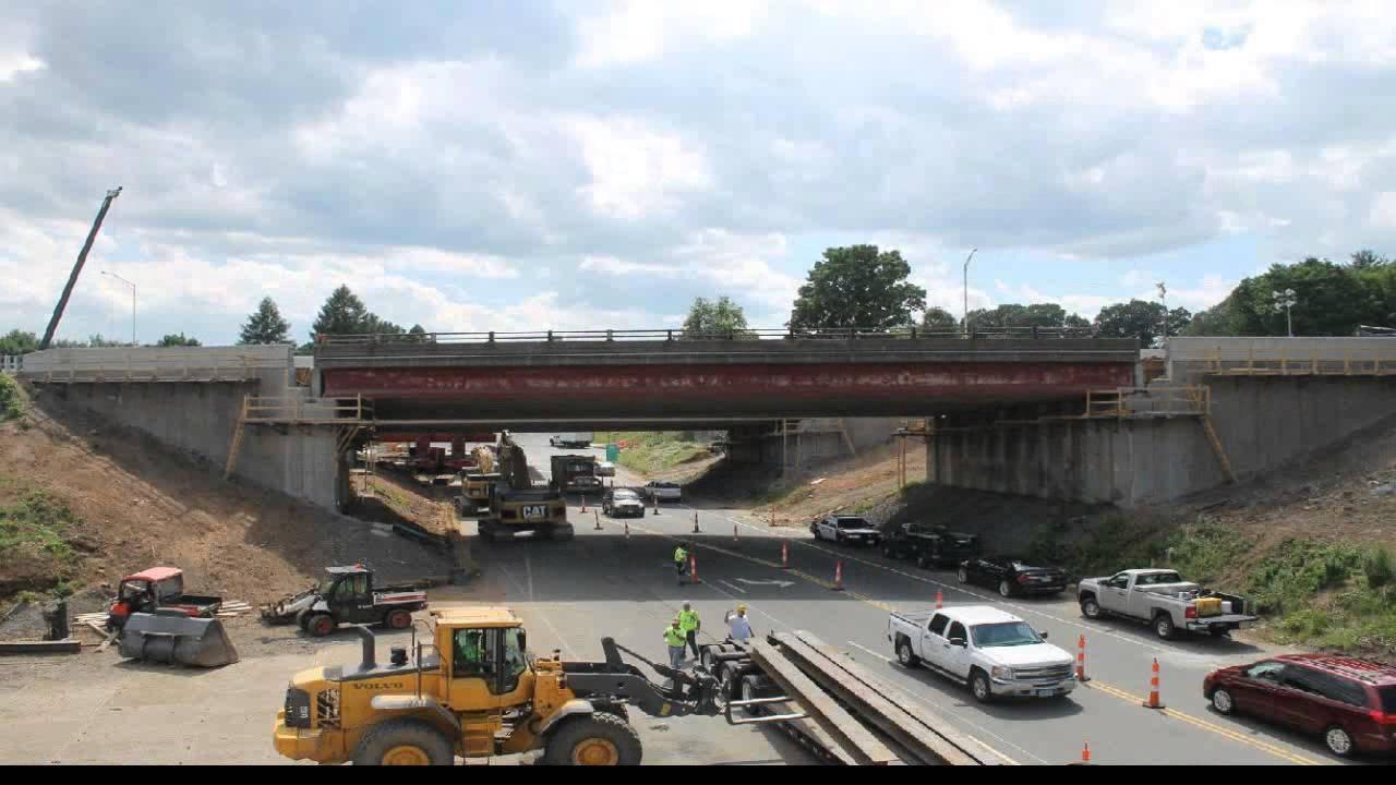Remplacement d'un pont sur une autoroute en timelapse