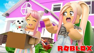 *EMMY Adopts her First PET* Mom Life in Adopt Me ROBLOX Roleplay