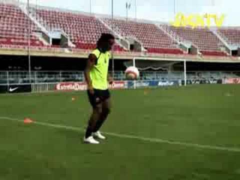видео роналдиньо бьет в перекладину и мяч функционирования химически