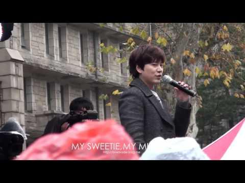 141128 KYUHYUN's Surprise mini concert at Ewha Women's University _ 셀카봉+규현=?