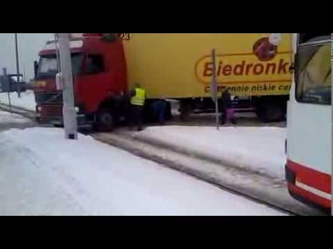 Tir zakopał się w śniegu i zablokował trakcję tramwajową i ulicę