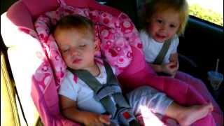Beba je čvrsto spavala u autu, a onda je počela omiljena pjesma na radiju (VIDEO)