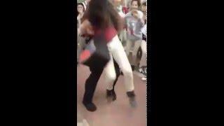 بالفيديو.. شرطى أمريكى يضرب تلميذة بعنف أثناء القبض عليها