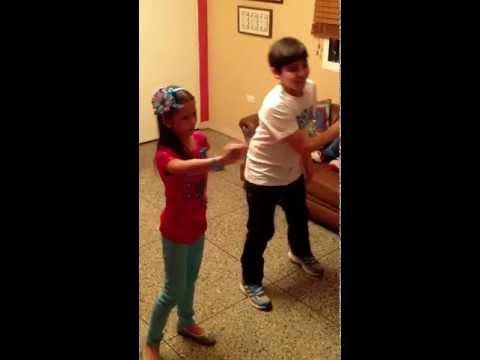 Mi Prima Y Yo Bailando Inténtalo De Lucía Gil