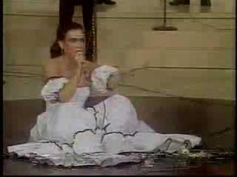 La caída de Beatriz Adriana en concierto - Contigo a la Buena