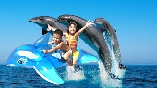 Bé Đi Tắm Biển  Bằng Phao Cá Heo  Khổng Lồ Phần 1- Thanh Băng&Ngọc Ruby Đi tắm Biển - Baby channel.