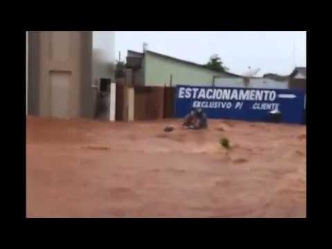 Homem prefere salvar moto e deixa esposa ser levada por enxurrada, em Jaru-RO