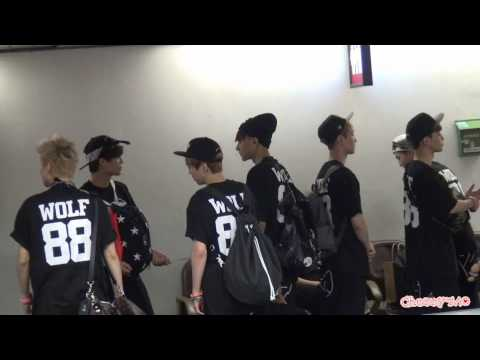 [Fancam] 130526 EXO playing around @ Incheon Airport
