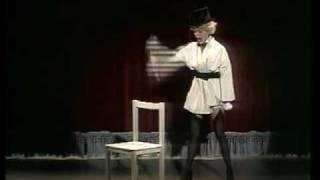 Ingrid Steeger zerlegt einen Stuhl
