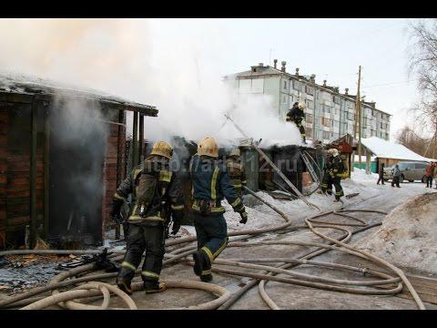 Пожар в дровяных сараях на ул Кедрова в Архангельске