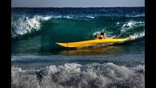 Surfer avec un kayak