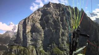 Paramotor entre montañas