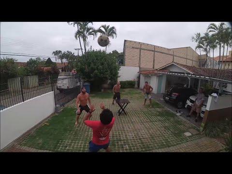 Prijatelji igraju igru koja se sastoji od elemenata nogometa i stolnog tenisa