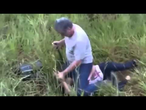 Baixar Jovens filmam homem esfaqueando a própria esposa em rodovia