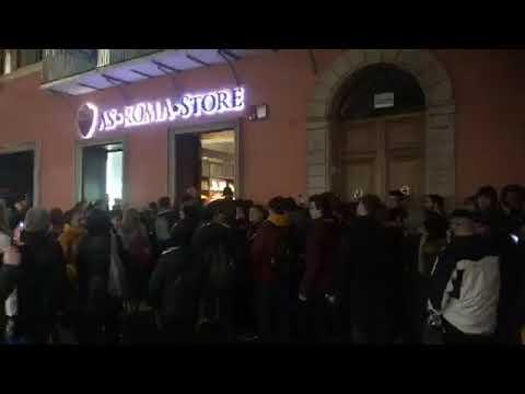 VIDEO - Il coro per Zaniolo al Roma Store: